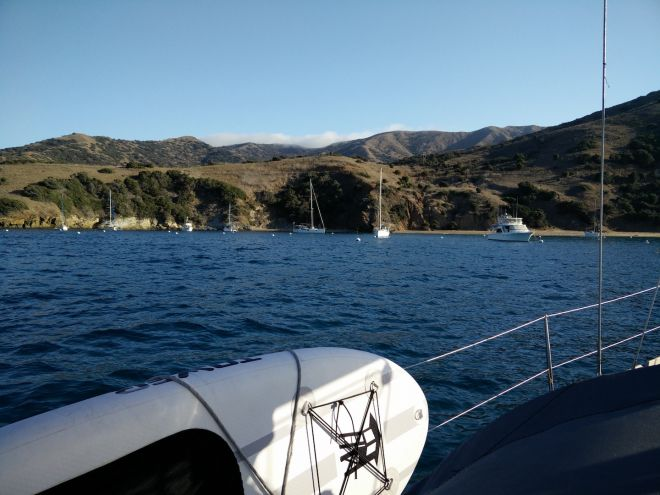 motor-sailing-approach-on-emerald-bay